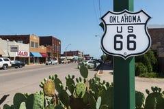 Sinal de Oklahoma Route 66 ao longo de Route 66 histórico no estado de Oklahoma, EUA Fotos de Stock