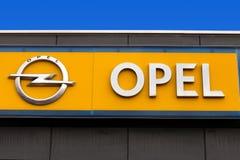 Sinal de Opel em um negócio local fotos de stock