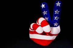 Sinal de paz da mão da bandeira americana fotografia de stock