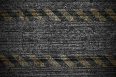 Sinal de perigo desvanecido em parede rachada do cimento Imagem de Stock Royalty Free