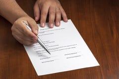 Sinal de Pointing Contract Document do homem de negócios Fotografia de Stock
