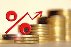 Sinal de por cento vermelho em um fundo do dinheiro Fotografia de Stock Royalty Free
