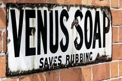 Sinal de propaganda do vintage para Venus Soap fotos de stock royalty free