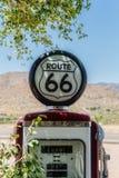 Sinal de Route 66 em uma bomba velha do gasloine no general Sto da agreira Fotos de Stock Royalty Free