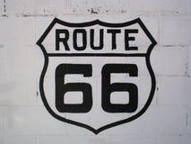 Sinal de Route 66 em uma parede branca em Williams (o Arizona) Fotos de Stock