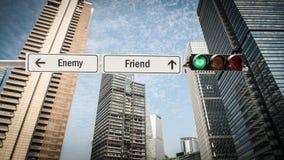 Sinal de rua ao amigo contra o inimigo imagem de stock royalty free