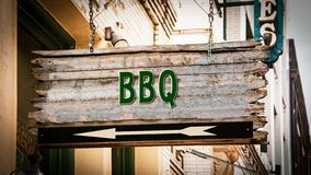 Sinal de rua ao BBQ fotos de stock royalty free
