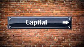 Sinal de rua ao capital imagem de stock