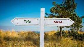 Sinal de rua ao Tofu contra a carne foto de stock