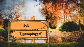 Sinal de rua ao trabalho contra desempregados imagens de stock royalty free