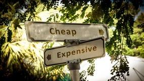 Sinal de rua barato contra caro foto de stock