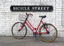 Sinal de rua da bicicleta com uma bicicleta vermelha Fotografia de Stock Royalty Free