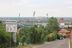 Sinal de rua da Bolonha e o estádio dos esportes atrás foto de stock royalty free