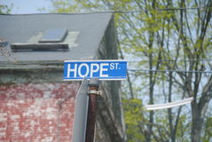 Sinal de rua da esperança no cargo do metal imagens de stock