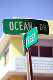 Sinal de rua da movimentação do oceano na praia sul Florida Imagem de Stock Royalty Free