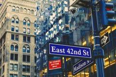 Sinal de rua de Manhattan New York com bokeh da construção Foto de Stock Royalty Free