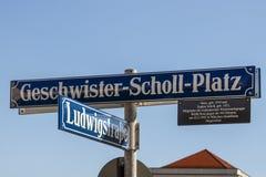 Sinal de rua do Geschwister-Scholl-Platz em Munich, Alemanha, Foto de Stock Royalty Free