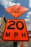 Sinal de rua do trabalho de estrada adiante fotografia de stock