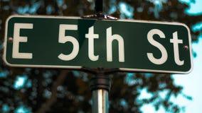 Sinal de rua de E 5o no texto branco em um sinal verde Fotografia de Stock Royalty Free