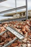 Sinal de rua na construção desmoronada Foto de Stock Royalty Free