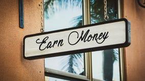 Sinal de rua para ganhar o dinheiro foto de stock royalty free