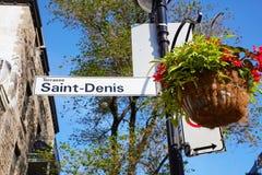 Sinal de rua de Saint Denis unido ao cargo da lâmpada em Montreal Quebeque imagens de stock royalty free