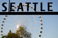 Sinal de Seattle e a grande roda fotografia de stock royalty free