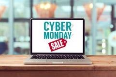 Sinal de segunda-feira do Cyber no laptop Conceito em linha da compra do feriado Vista de acima Foto de Stock
