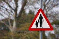 Sinal de segurança da estrada do pai e da criança Imagens de Stock Royalty Free