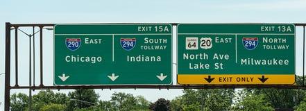 Sinal de sentido a Chicago Milwaukee e a Indiana - fotografia da rua imagem de stock
