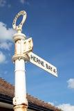 Sinal de sentido da baía de Herne Fotografia de Stock Royalty Free
