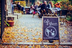 Sinal de Strauss do café na rua Fotos de Stock