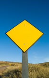 Sinal de tráfego amarelo em branco Imagens de Stock Royalty Free