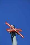 Sinal de tráfego da cruz vermelha Imagens de Stock