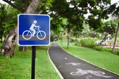 Sinal de tráfego da rota da bicicleta com pistas da bicicleta imagens de stock
