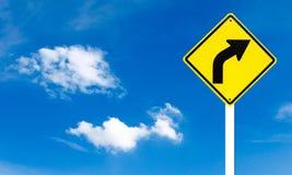 Sinal de tráfego de advertência do direito da volta Fotos de Stock