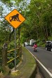 Sinal de tráfego do macaco - Indonésia Bali fotos de stock