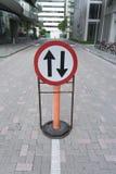 Sinal de tráfego em dois sentidos na estrada Fotografia de Stock Royalty Free