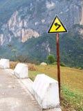 Sinal de tráfego em uma estrada imagens de stock royalty free