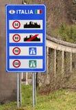 sinal de tráfego italiano na beira imagem de stock royalty free