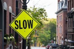 Sinal de tráfego lento de advertência Foto de Stock