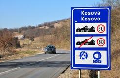 Sinal de tráfego na entrada à república de Kosovo imagem de stock