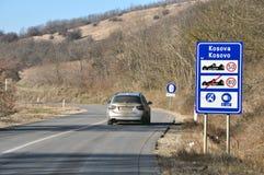 Sinal de tráfego na entrada à república de Kosovo da Sérvia foto de stock
