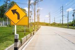 Sinal de tráfego na estrada na propriedade industrial, sobre o safel do curso Foto de Stock
