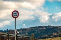 Sinal de tráfego que significa 120 quilômetros pela hora Foto de Stock Royalty Free