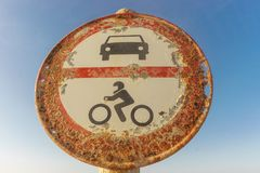 Sinal de tráfego velho com o céu no fundo Carros e motocicletas não permitidos fotos de stock royalty free