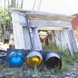 Sinal de trânsito com a outra sucata no junkyard. foto de stock