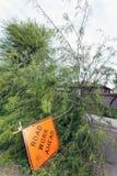 Sinal de `` trabalho estrada adiante `` após a tempestade da monção Imagem de Stock