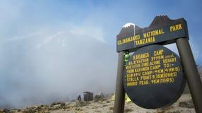 Sinal de um acampamento na montanha de Kilimanjaro fotos de stock royalty free