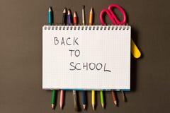 Sinal de volta à escola em um caderno Fontes de escola diferentes sobre fotos de stock royalty free